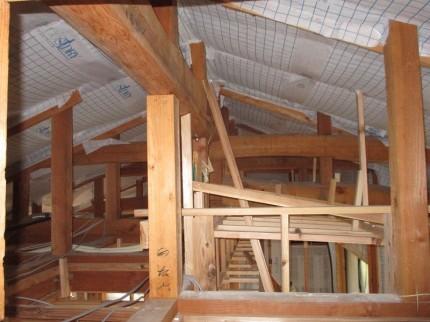 屋根下地に断熱材充填完了