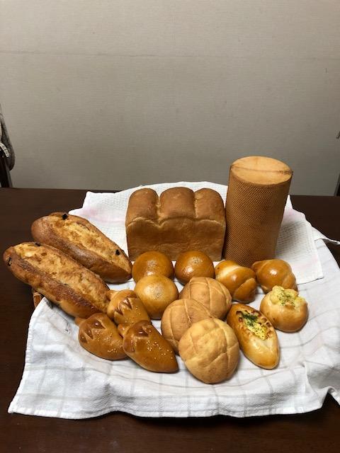 色々な形に仕上た焼き立てパン