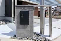 化粧ブロックとアルミ型材の門柱に宅配BOXコンボを埋込み