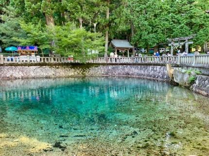 コバルトブルーの綺麗な池