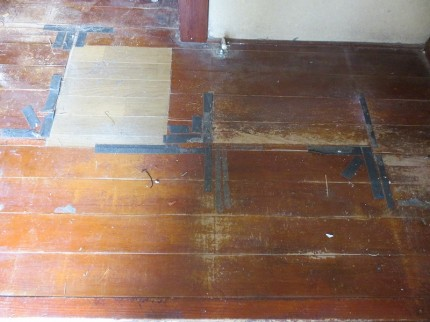 ずいぶん過去に一部補修した床