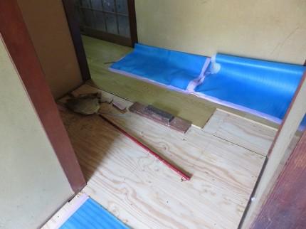 新しいフローリングを針葉樹合板の上に張付け