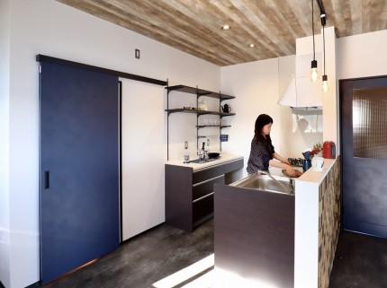 ヴィンテージ感をイメージさせる工業的デザインの空間