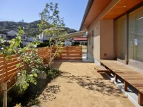 新築外構。リビング前の中庭。木製デッキと板塀と植栽。