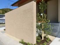 新築外構。塗り壁仕上げの目隠し門柱