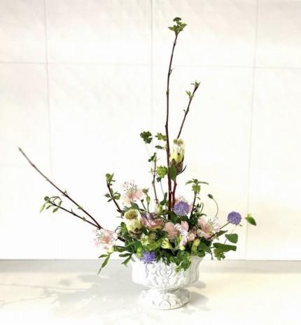 淡い春のイメージの生け花