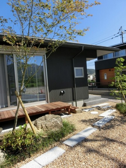 新築の平屋の前庭②
