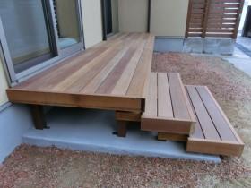 階段もウリン材を使用。