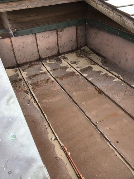 板金陸屋根に砂が溜まっている状況